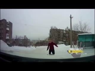В Первоуральске неадекватный мужик кидается на машины.