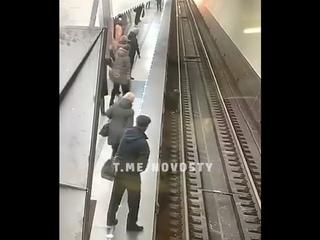 Девушка упала на рельсы в метро на станции Петровско Разумовская