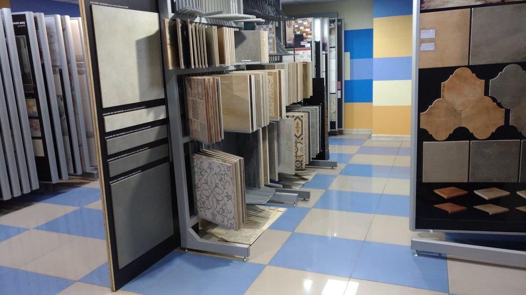 выбор плитки в магазине