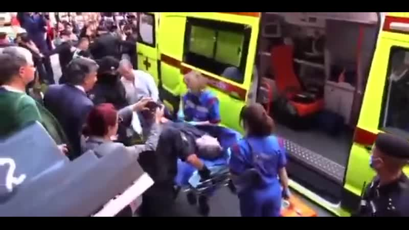 Ефремова выносят из здания суда на носилках
