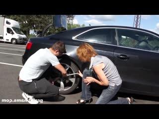 Парниша помог тетеньке с колесом и она расплатилась натурой