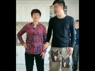 Танцуют мама и сын!