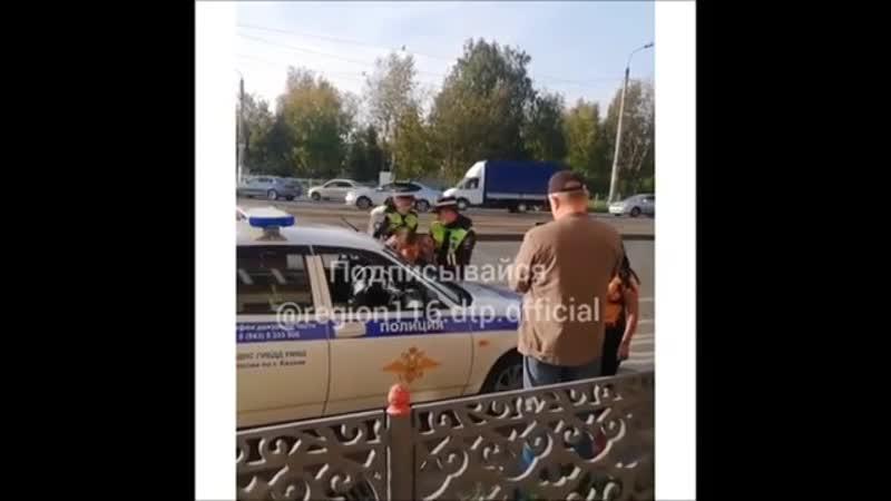 В Казани гаишники надели наручники на пассажира легковушки который стал с ними спорить