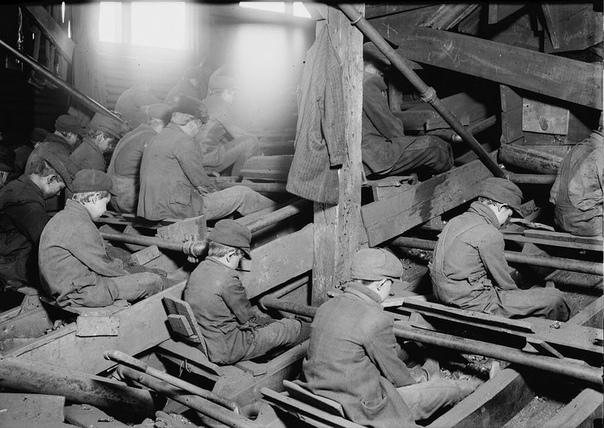 Мальчики сортируют уголь на дробилке, США, 1911 год.