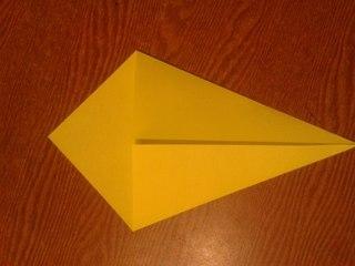 БУКЕТ ДЛЯ МАМЫ - ПОДАРОК НА 8 МАРТА Нам понадобилась двухсторонняя цветная бумага формата А4. 1. Из нее делаем квадратную заготовку. 2. Отгибаем уголочки, получается «упаковка» для букетика