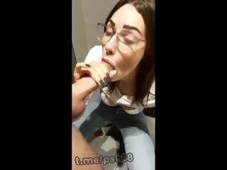 Очкастая малышка обожает сперму из большого члена папика (домашнее порно кончил в рот студентка няша красотка соска дроч)
