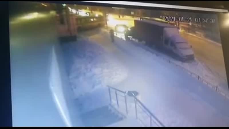 Автобус въехал в кинотеатр Современник