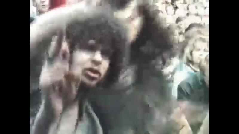 Егор Летов в толпе зрителей рубится под J M K E