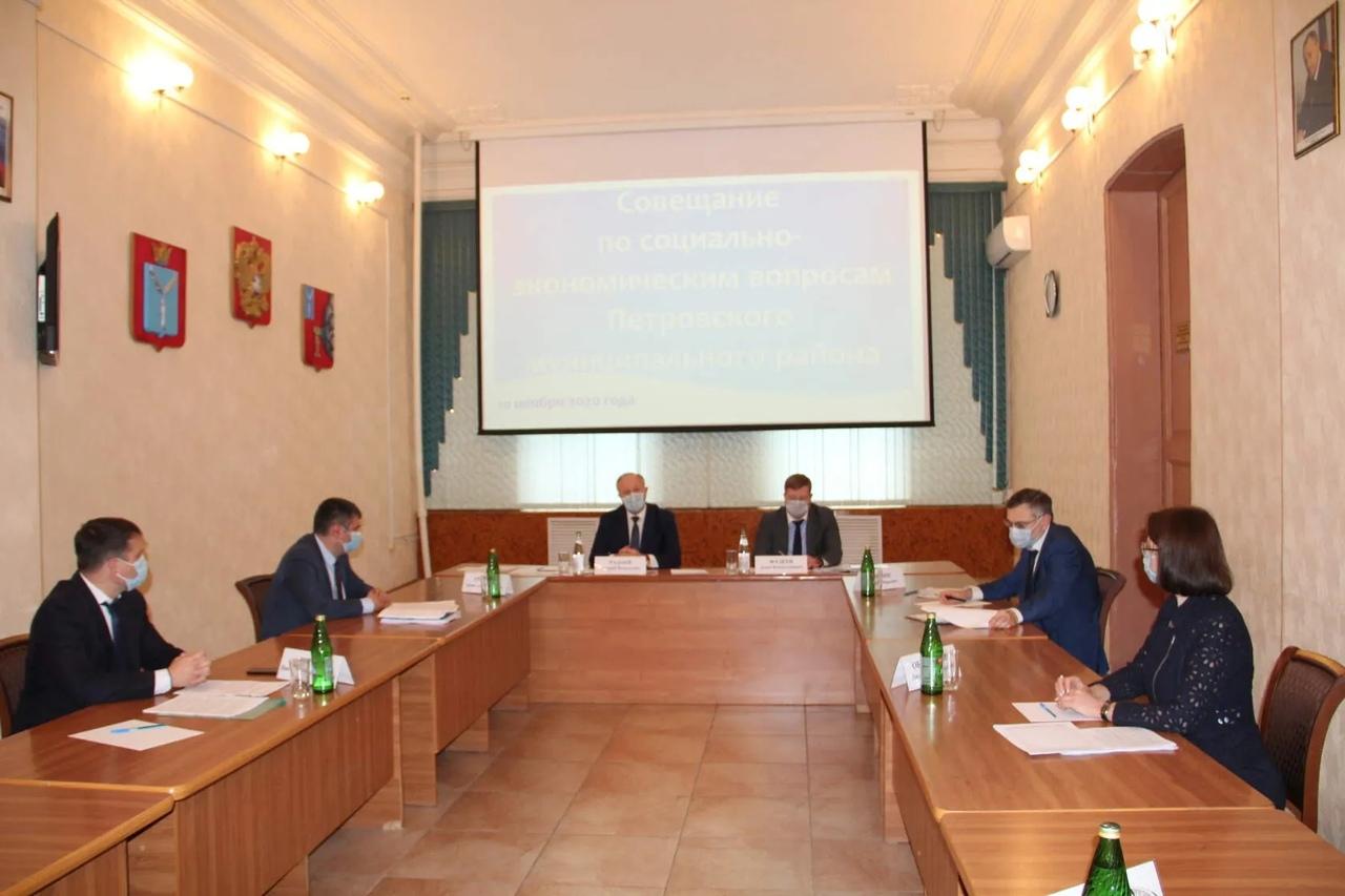 Губернатор Валерий Радаев провёл совещание, основной темой которого стала работа системы здравоохранения Петровского района в условиях распространения коронавируса