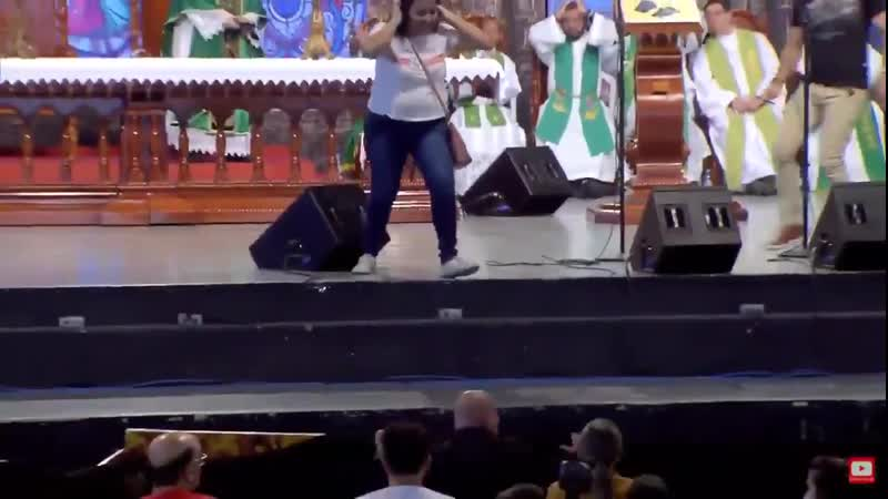 Бразильянка столкнула священника со сцены за слова о недоступности рая для толстых.