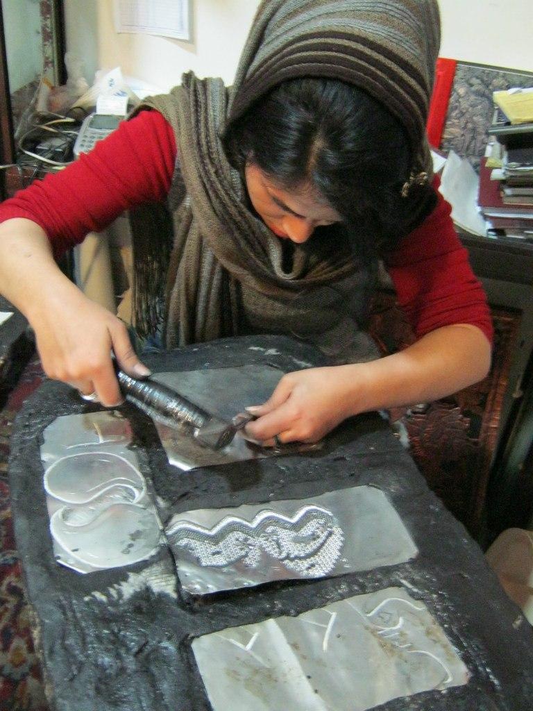 процесс выделки жестянки на Исфаханском базаре
