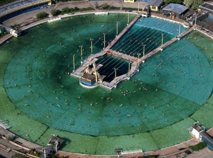 """Бассейн """"Москва"""" на месте Храма Христа Спасителя, был крупнейшим в СССР и одним из самых крупных в мире. Диаметр водной поверхности составлял 130 метров."""