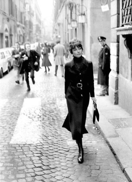 Одри Хепбёрн гуляет по Риму, а за нею следом короткими перебежками семенят папарацци, 1970