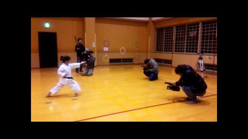 Mahiro showing Gojushihosho to TV staffs 万優練習中の五十四歩小 まだまだですが