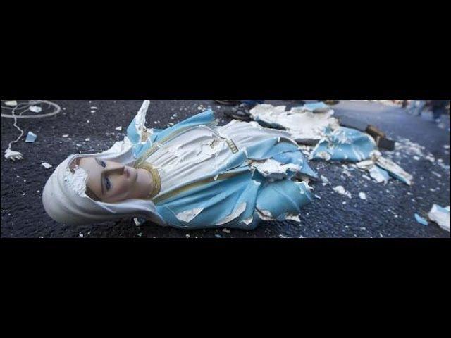Evangélicos queimam e urinam em imagem de Nossa Senhora