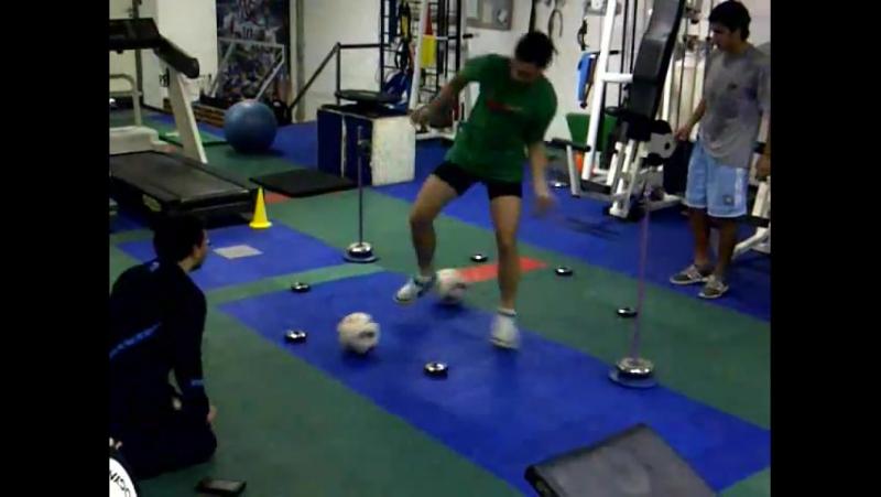 Тренировка футболистов на системе FitLight Комбинация датчиков с футбольными мячами