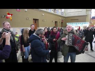 Оренбургский пуховый платок_ флешмоб на Киевском вокзале