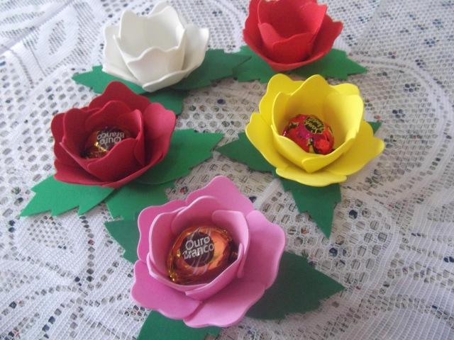 Como fazer flor porta bombom em eva