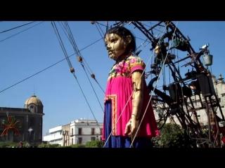 La pequena gigante hace ejercicio en frente de catedral [low, 360p]