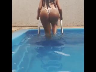 Claudia Alende голая в бассейне (попки,велика попа, большая попа, большие попы)
