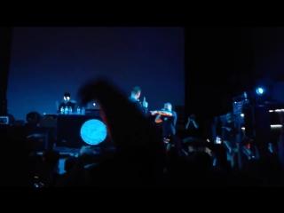 Oxxxymiron позвал фаната на сцену и спел с ним песню.mp4
