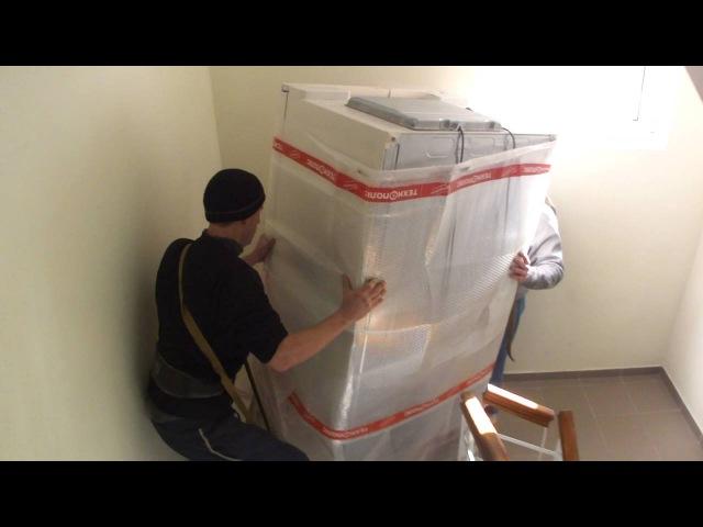 Несем огромный холодильник. Грузоперевозки Николаев, услуги грузчиков.