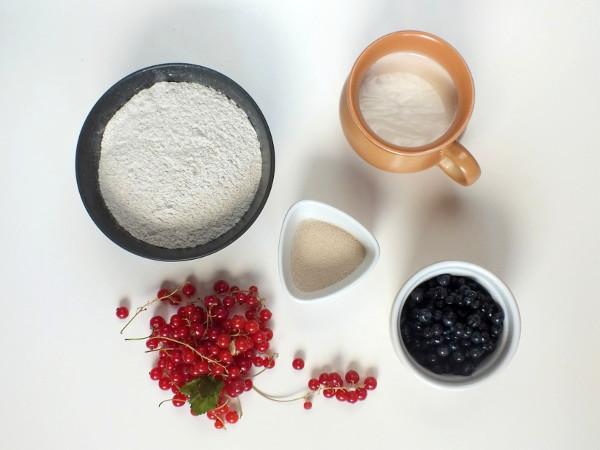 Ржаные булочки с ягодами, изображение №2