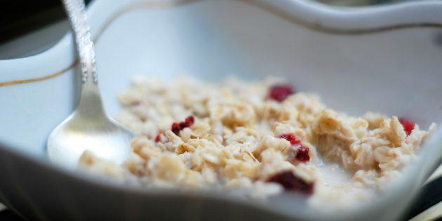Быстрая овсянка: как приготовить холодный и горячий завтраки за 5 минут, изображение №2