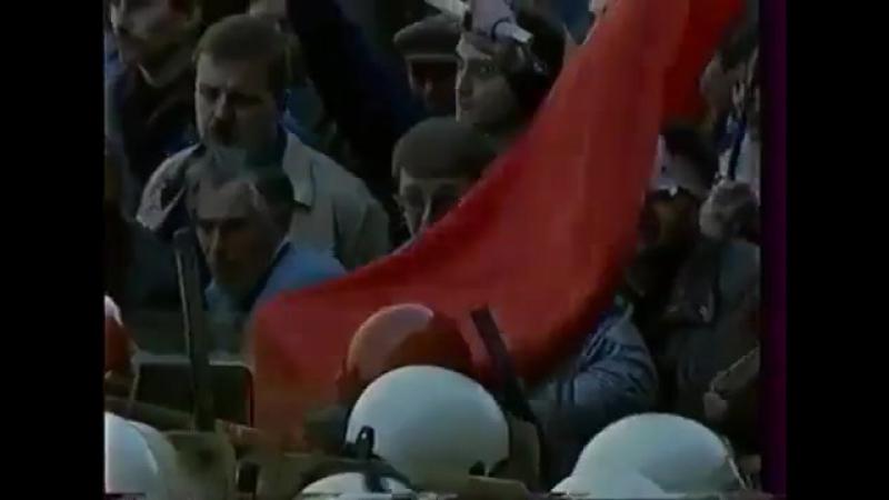 А вот так работала милиция при господине Ельцине Забивают насмерть двух чел прорвавших оцепление ельцинцентр демократия