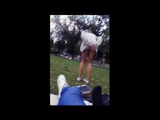 Молодая девушка проспорила и публично разделась в парке при людях. школьница; тян; спор