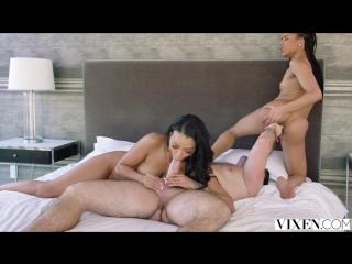 18+ секс с двумя молоденькими красотками Kira Noir, Harley Dean жмж мужик толстым членом ласкает жену и ее подругу