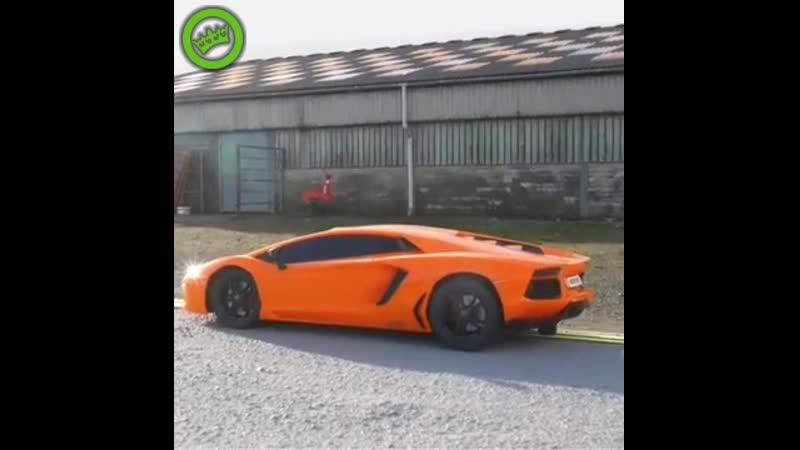 Rijke knul met zijn Lamborghini