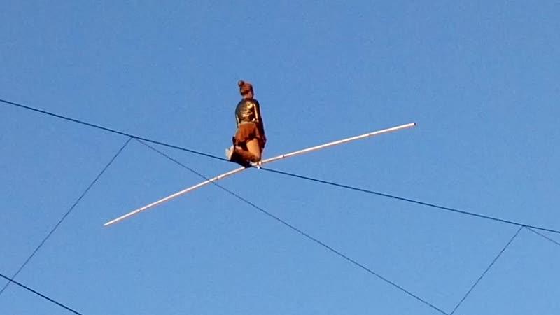 Цирк над пропастью. 120 метров без страховки. Высота - 25 метров. Канатоходка Жоан Амбле Johanne Humblet (Франция), Коломенское