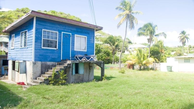 Жилье на острове спроектировано таким образом, чтобы постояльцы не встречались друг с другом: это уединенные бунгало, разделенные участками тропических джунглей. Каждое имеет выход на свой кусочек девственно чистого пляжа, где можно наслаждаться всеми прелестями Карибского моря: дайвингом, снорклингом или распитием рома в пиратском наряде. Кстати, Пти Сент‑Винсент — далеко не единственный вариант уединенного отдыха на архипелаге Гренадины, так что вы легко найдете себе островок по душе на популярных сервисах бронирования.