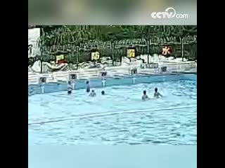 9-летний мальчик утонул в глубоководной зоне бассейна