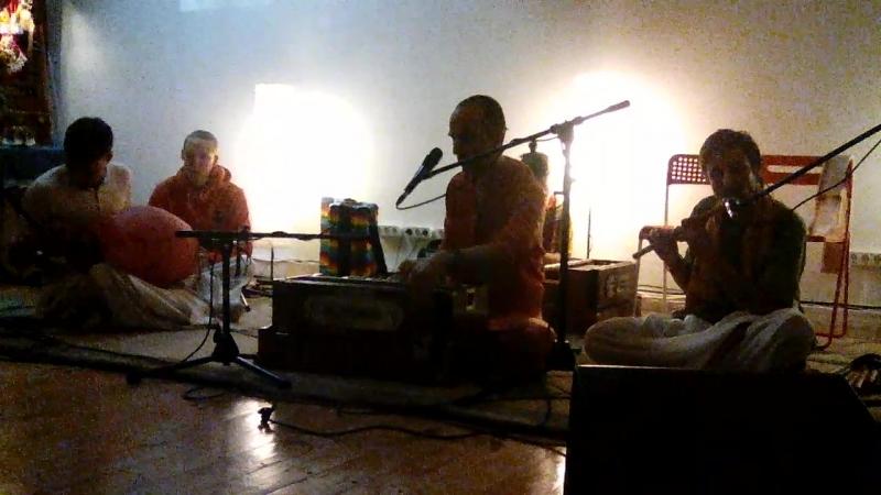 Поёт Враджарам Играет на караталах Гауранги Вайкунтха Натх на флейте mp4