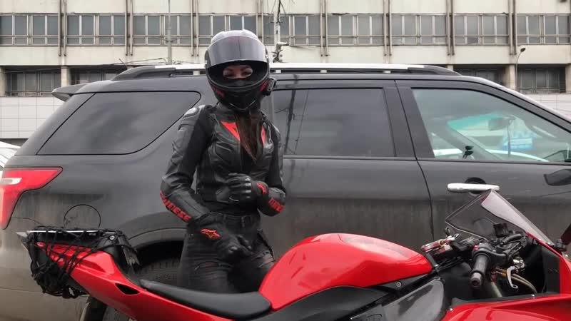 Na vseh svetoforah mototanya devushka na mototsikle