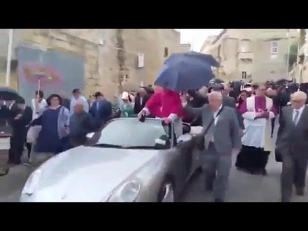 Новоизбранный епископ Мальты проехался по городу в запряженном пятьюдесятью детьми кабриолете.
