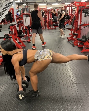 """🇵🇷YARISHNA AYALA WBFF PRO on Instagram It's a must when it's leg day to use one of my favorites pairs of @rovuxfootwear 👟😍"""""""