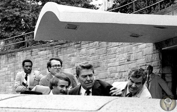 Покушение на Рейгана Рональд Рейган был единственным человеком, которого ранили в результате покушения при исполнении обязанностей президента США. Нападение на Рейгана было совершено 30 марта