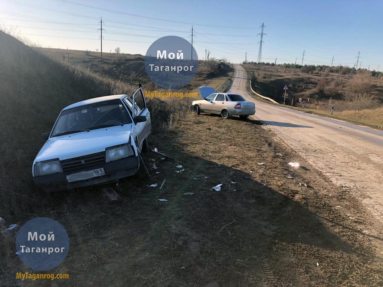 Под Таганрогом водитель «Приоры» врезался в стоящий на противоположной обочине «ВАЗ-21099», один пострадавший