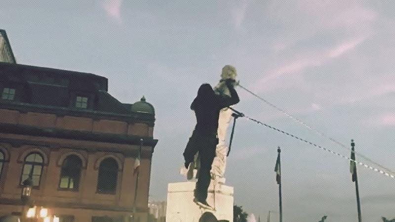 Их борьба Протестующие в Балтиморе опрокинули статую Христофора Колумба и бросили ее в гавань