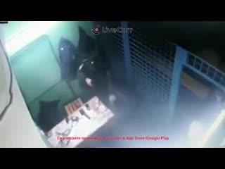 Момент расстрела полицейских на станции Рязанский проспект в Москве