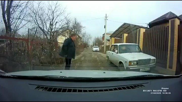 В Армавире мужчина с пистолетом не позволил проехать автомобилисту