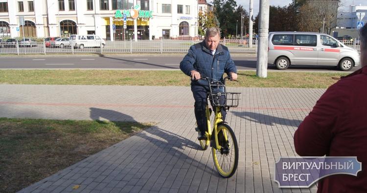 Велосипеды от Колобайк уже доступны, можно кататься. Первым проехался Александр Рогачук