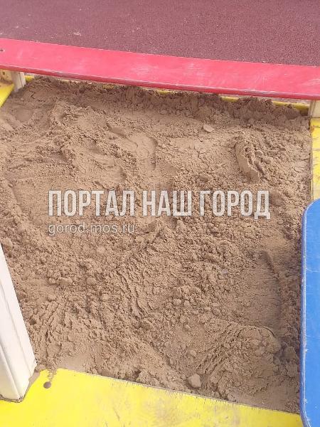 В песочницу на Липчанского привезли свежий песок
