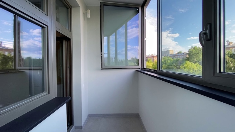 Балкон с черными матовыми подоконниками Moeller с поверхностью soft touch