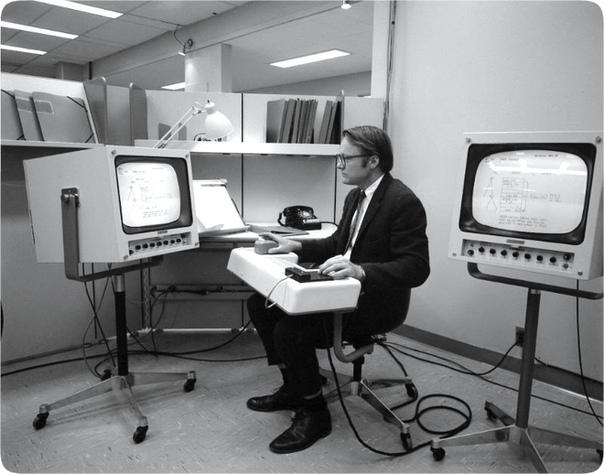 Уильям Инглиш демонстрирует первую мышь, США, 1968 год. Идея устройства, которое могло бы выделять отдельные слова и буквы, пришла в голову коллеге Инглиша по международной стэнфордской