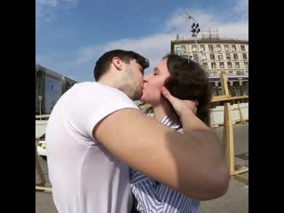 Как быстро поцеловать незнакомую девушку