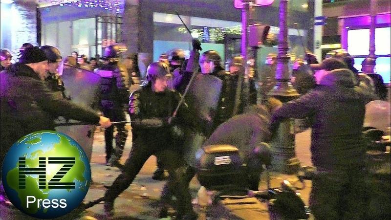 Des CRS violentent un policier en civil mal identifié - Manif. sauvage - Gilets jaunes - 7 déc. 2019